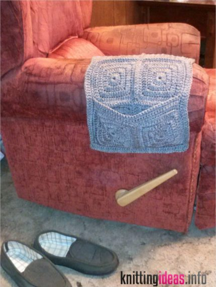 family-books-and-crochet-oh-my-armchair-remote-caddy-free-430x573