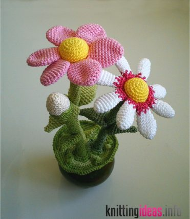 12-amazing-free-crochet-3d-flower-patterns-to-love-and-make-371x428